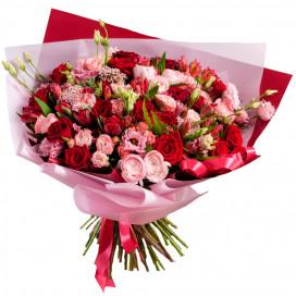 Букет из ранункулюсов, красных роз, эустом и махровых тюльпанов