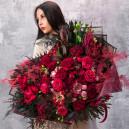 Большой букет из амариллиса, пионовидных роз и аспарагуса