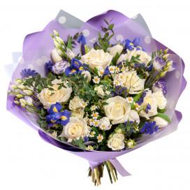 Букет из белых роз, ирисов и ромашек
