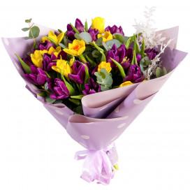 Букет из фиолетовых тюльпанов и нарциссов