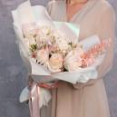 Букет из 11 пионовидных роз и альстромерии