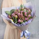 Букет из сиреневых тюльпанов и хамелациума