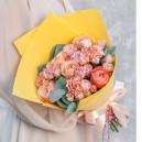 Букет из роз, гвоздик и эвкалипта