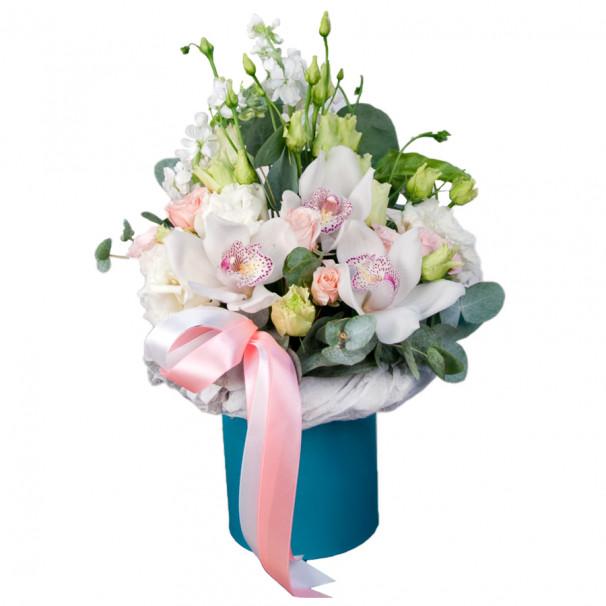 Композиция в шляпной коробке с орхидеей, маттиолой и эустомой