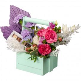 Композиция в ящике с пионовидными розами и набором макарон