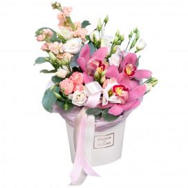 Коробочка с орхидеями, кустовыми розами и эустомой