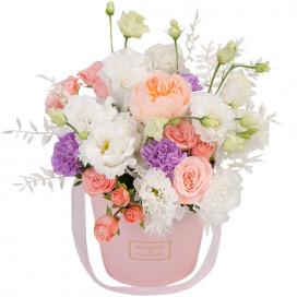 Коробочка с пионовидной розой, эустомой и гвоздикой