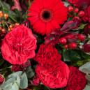 Корзина из пионовидных роз, альстромерии и экзотики