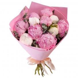 Букет цветов из 11 белых и розовых пионов в упаковке с эвкалиптом (Премиум)