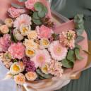 Букет из розовых гербер, кустовых роз и тюльпанов