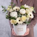Коробочка с белыми пионами, розами и герберой