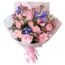 Букет из розовых роз, ирисов и тюльпанов