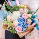 Букет цветов из гортензии, розы, голландской гвоздики и хризантемы