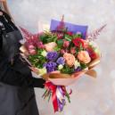 Букет с розами, герберами, альстромерией и протеей