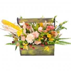 Композиция в деревянном ящике с тюльпанами, гвоздикой и кукурузой