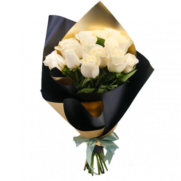 Букет из 15 белых роз в упаковке