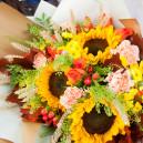 Букет цветов из 3 подсолнухов с хризантемами, гвоздиками и розами