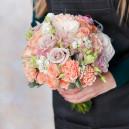 Нежный свадебный букет из роз с гвоздикой, матиолой и эустомой