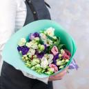 Букет цветов из 13 эустом микс в упаковке