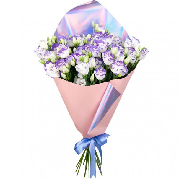 Букет цветов из 15 бело-фиолетовых эустом в упаковке