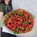 Букет из 25 кустовых роз Фаерфлеш в упаковке