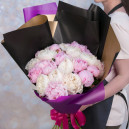 Букет цветов из 25 белых и розовых пионов в упаковке (Премиум)