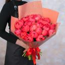 Букет цветов из 25 коралловых пионов в упаковке (Премиум)