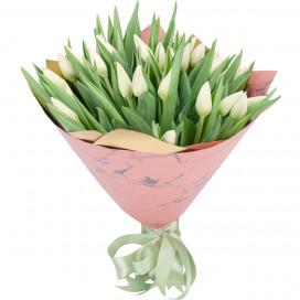 Букет цветов из 35 белых тюльпанов в упаковке