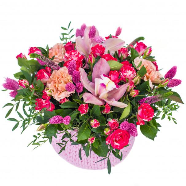 Цветочная композиция с кустовыми розами, орхидеями и гвоздиками