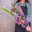 Букет с дельфиниумом, хризантемами, тюльпанами