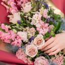 Букет цветов из роз, антирринума, эустомы и клематиса