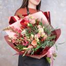 Букет цветов из пионовидных роз, амариллиса и астильбы