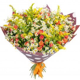 Букет цветов из 25 матрикарий и кустовой розы