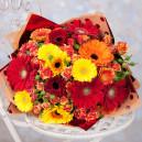 Букет цветов из гербер и голландских кустовых роз