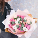 Букет цветов с розами и эвкалиптом