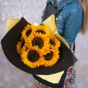 Букет цветов из 7 подсолнухов в упаковке