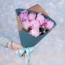 Букет цветов из 7 розовых пионов в упаковке (Премиум)