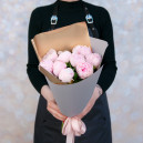Букет цветов из 9 розовых пионов в упаковке (Стандрат)