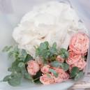Букет цветов с белой гортензией и кустовыми розами