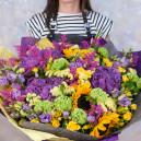 Букет цветов с гортензией, подсолнухами, розами и зеленью