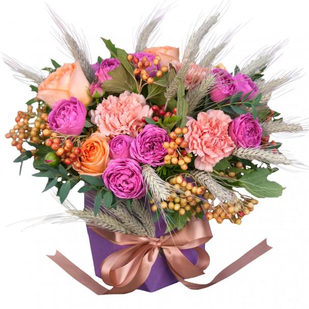 Цветочная композиция с пионовидными розами и калиной в коробке