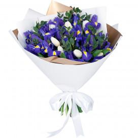 Букет цветов с ирисами, тюльпанами и эвкалиптом