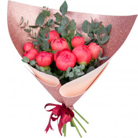Букет цветов из 9 коралловых пионов и эвкалипта в упаковке (Премиум)