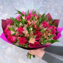 Букет цветов из розовых роз и альстромерий в упаковке