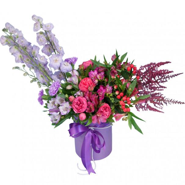 Цветочная композиция в шляпной коробке с дельфиниумом, розами и фрезией