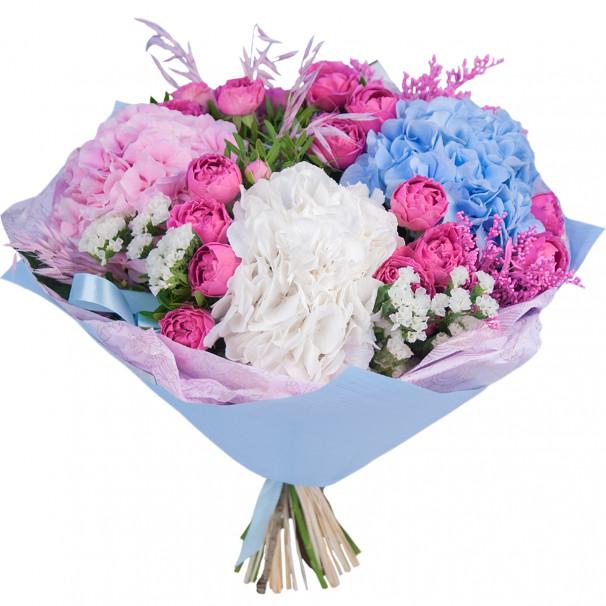 Букет цветов с гортензией и кустовыми розами