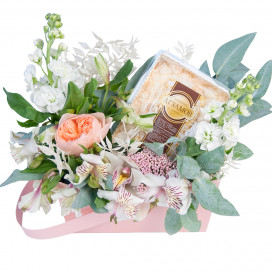 Композиция с цветами и тортом в коробке