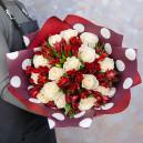Букет цветов из белых роз и красных альстромерий в упаковке