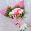 Букет цветов из 15 пионов микс с эвкалиптом в упаковке (Премиум)