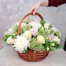 Корзина с хризантемами, орхидеями и альстромериями